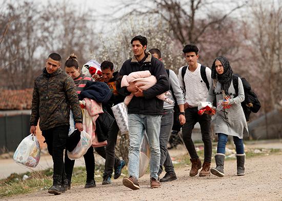 مهاجرون يسيرون باتجاه معبر بازاركولي الحدودي التركي مع كاستانيز اليونانية