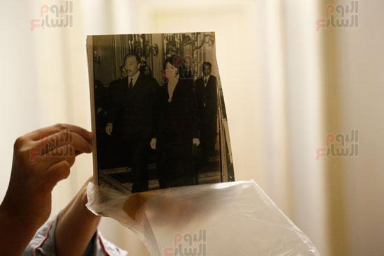 صور خاصة بالرئيس الراحل محمد أنور السادات أثناء أستعانة أحمد زكي بها