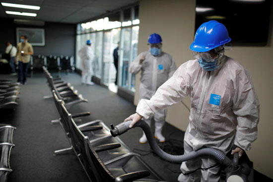 يرش-العاملون-الرذاذ-في-مطار-إيلوبانجو-الدولي-كإجراء-وقائي-ضد-مرض-الفيروس