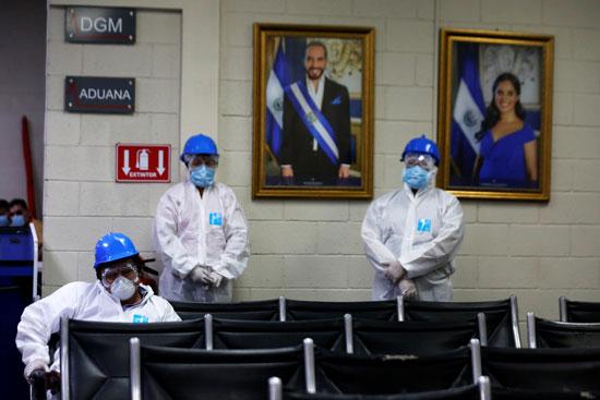 عمال-الصرف-الصحي-ينتظرون-بدء-رش-المطهر-كإجراء-وقائي-ضد-مرض-فيروس-كورونا--في-مطار-إيلوبانجو-الدولي