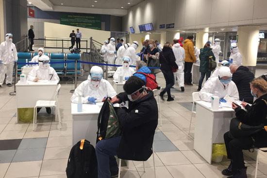 يفحص-المسؤولون-المسافرين-كإجراء-وقائي-ضد-فيروس-كورونا-في-مطار-دوموديدوفو-بموسكو