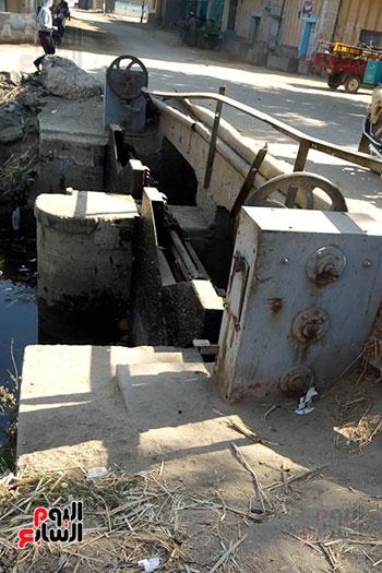 كوبرى مشاة على إحدى الترع بمركز أبو تشت بدون سور (3)