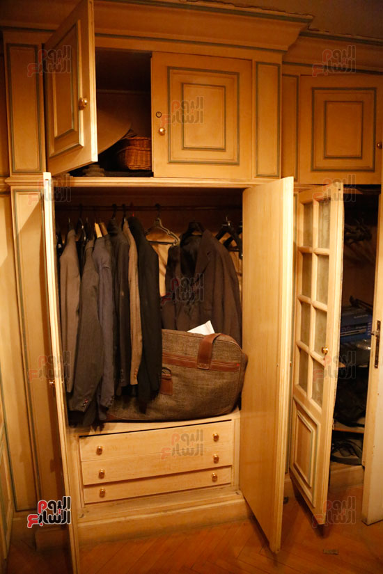غرفة تحتوي على ملابس أدوار الفنان الراحل