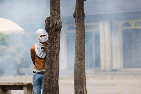 الشرطة تطلق الغاز لتفريق الاحتجاجات