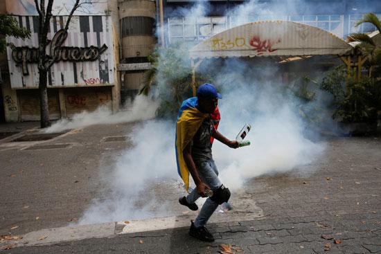 الشرطة تطلق الغاز المسيل