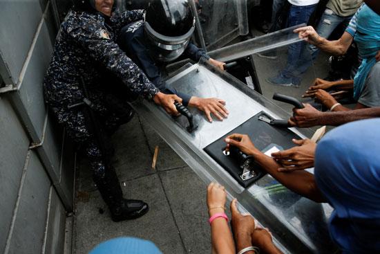 اعتداء المتظاهرين على الأمن