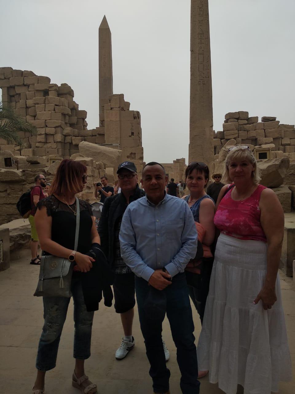 الدكتور مصطفى وزيرى مع السائحين فى الأقصر (4)