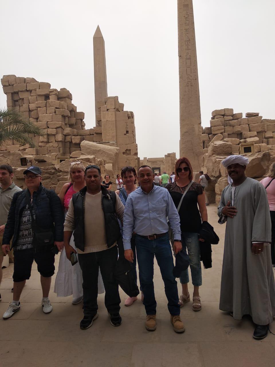 الدكتور مصطفى وزيرى مع السائحين فى الأقصر (3)