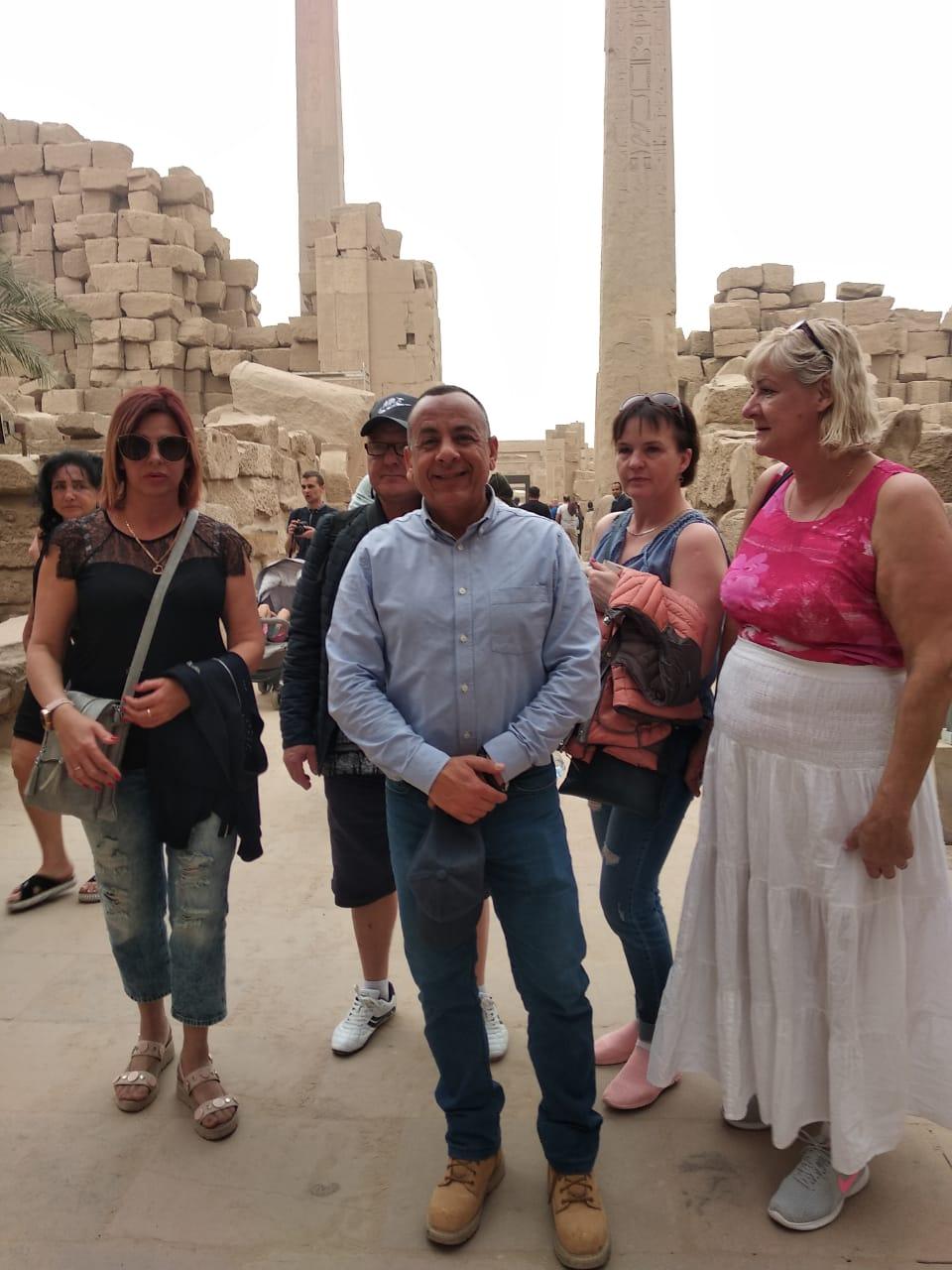 الدكتور مصطفى وزيرى مع السائحين فى الأقصر (5)