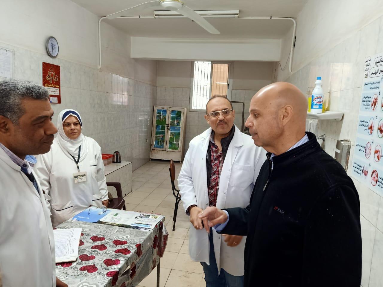 مرور مفاجئ لوكيل صحة الشرقية على المستشفيات لمتابعة التأمين الطبى  (4)