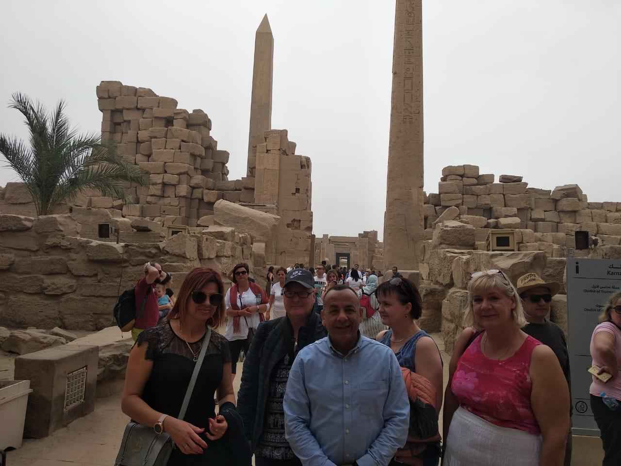 الدكتور مصطفى وزيرى مع السائحين فى الأقصر (8)