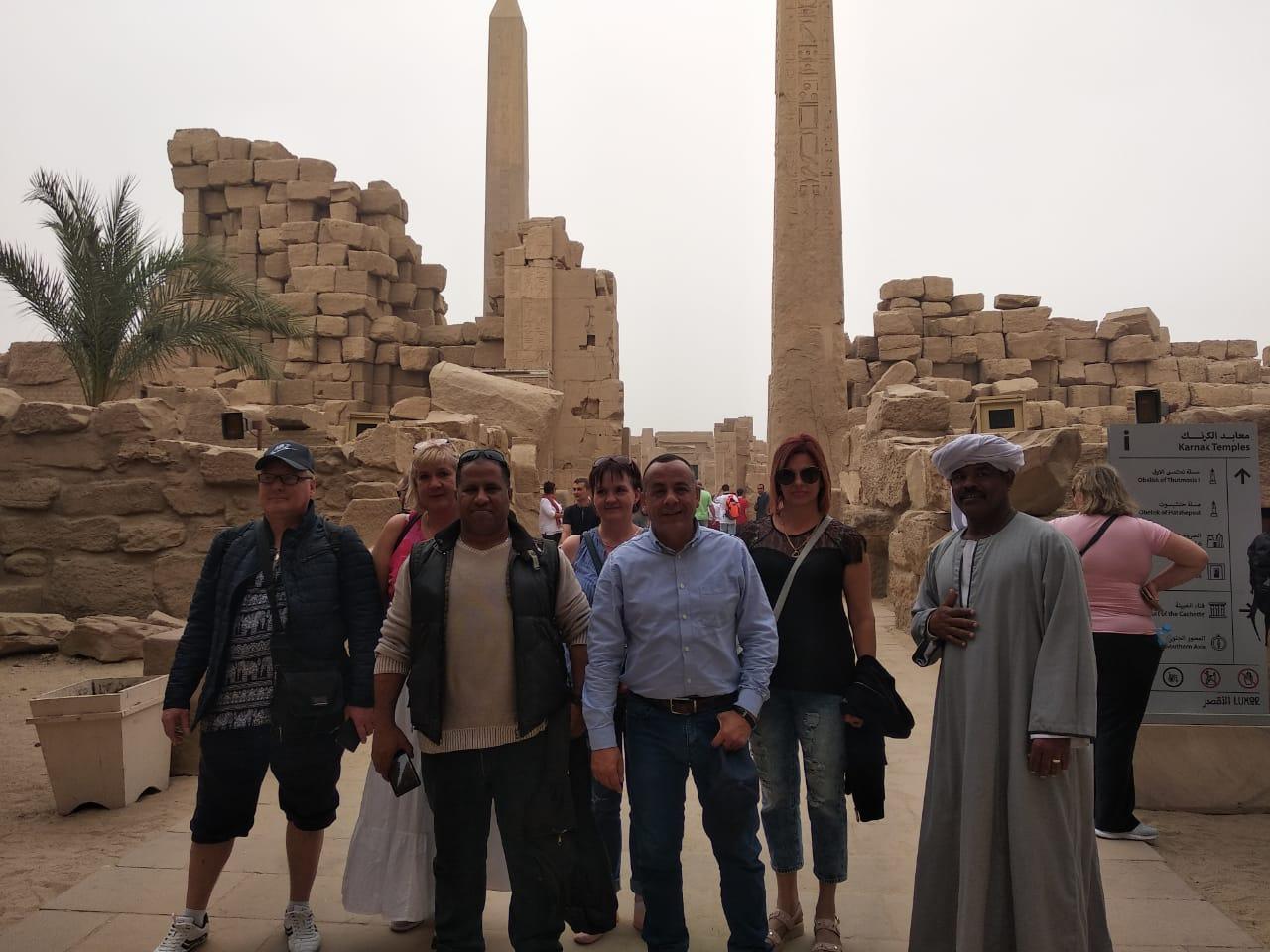 الدكتور مصطفى وزيرى مع السائحين فى الأقصر (1)