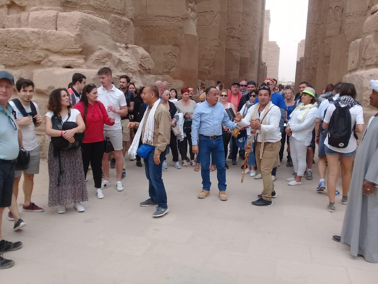 الدكتور مصطفى وزيرى مع السائحين فى الأقصر (7)