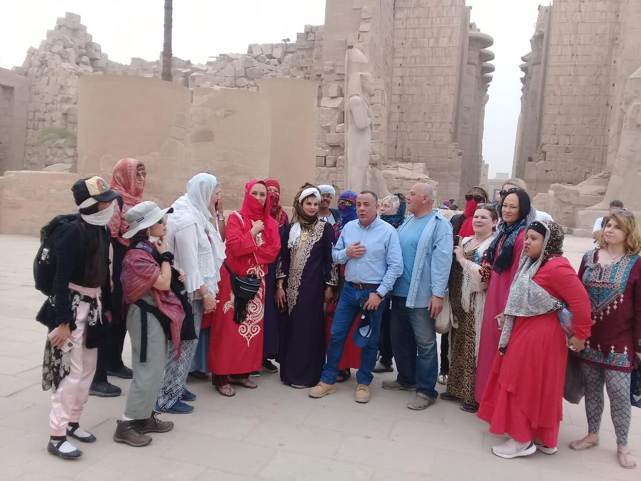 الدكتور مصطفى وزيرى مع السائحين فى الأقصر (6)