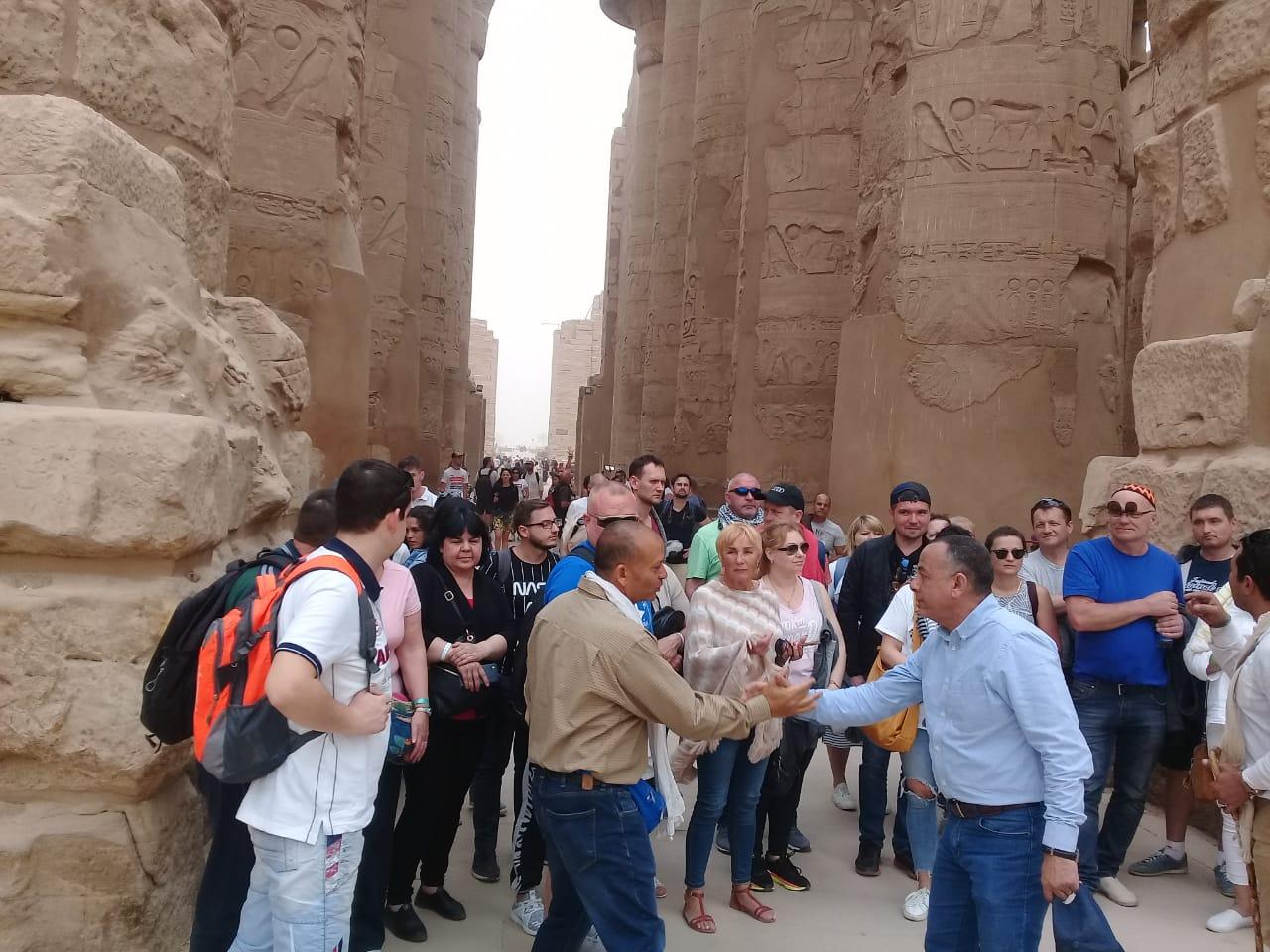 الدكتور مصطفى وزيرى مع السائحين فى الأقصر (2)