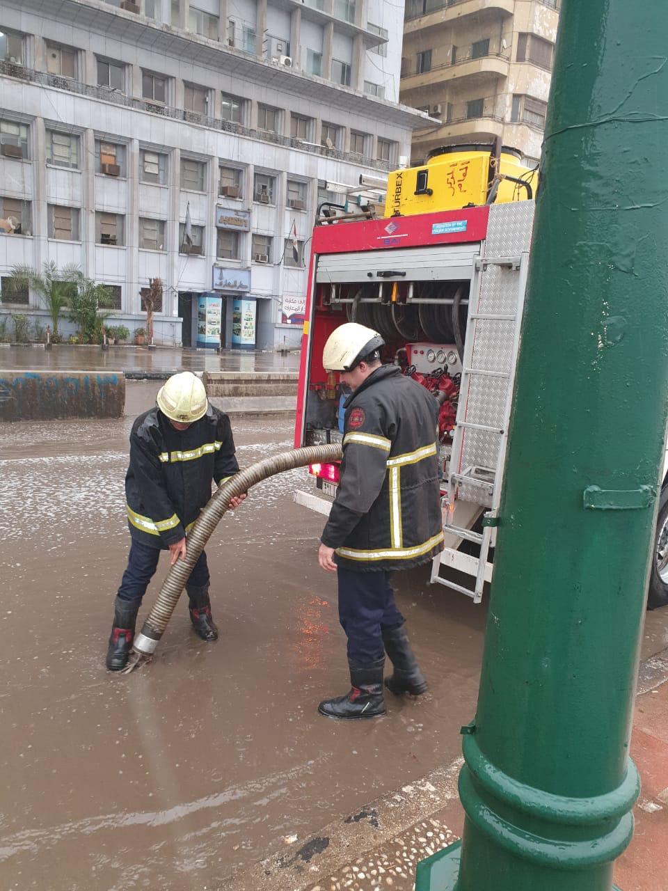 الداخلية تواجه الأمطار في الشوارع (1)