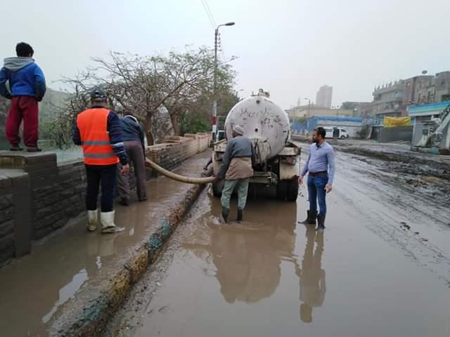 رفع مياه الأمطار من الطرق والشوارع بمدينة أبو قرقاص فى المنيا (3)