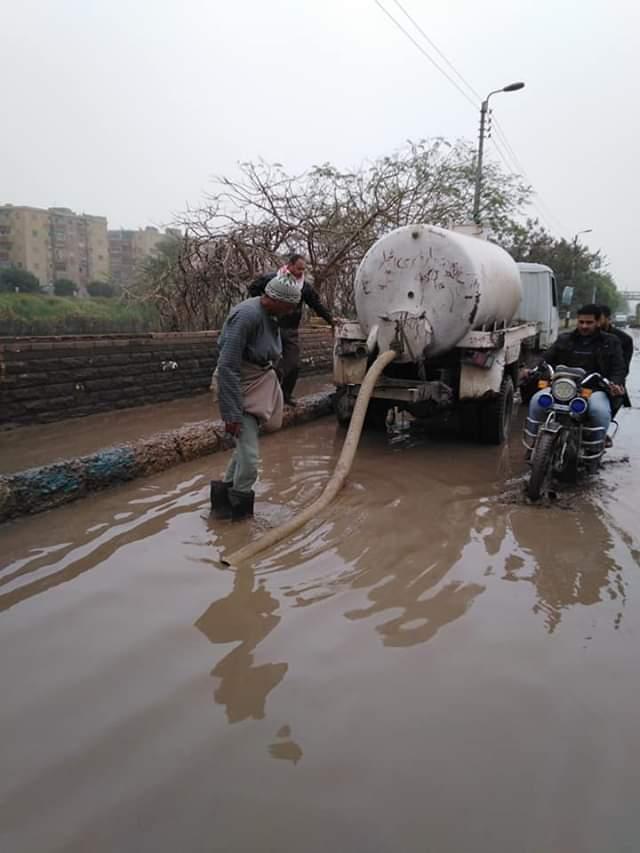 رفع مياه الأمطار من الطرق والشوارع بمدينة أبو قرقاص فى المنيا (2)