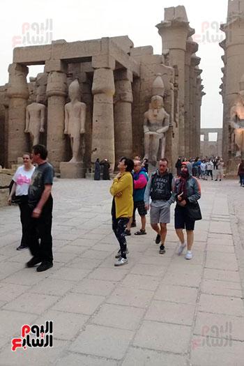 أفواج-سياحية-تتوافد-على-المعابد-الفرعونية-والمعالم-الآثرية-بمحافظة-الأقصر-(1)