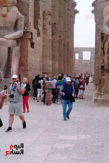 أفواج-سياحية-تتوافد-على-المعابد-الفرعونية-والمعالم-الآثرية-بمحافظة-الأقصر-(3)