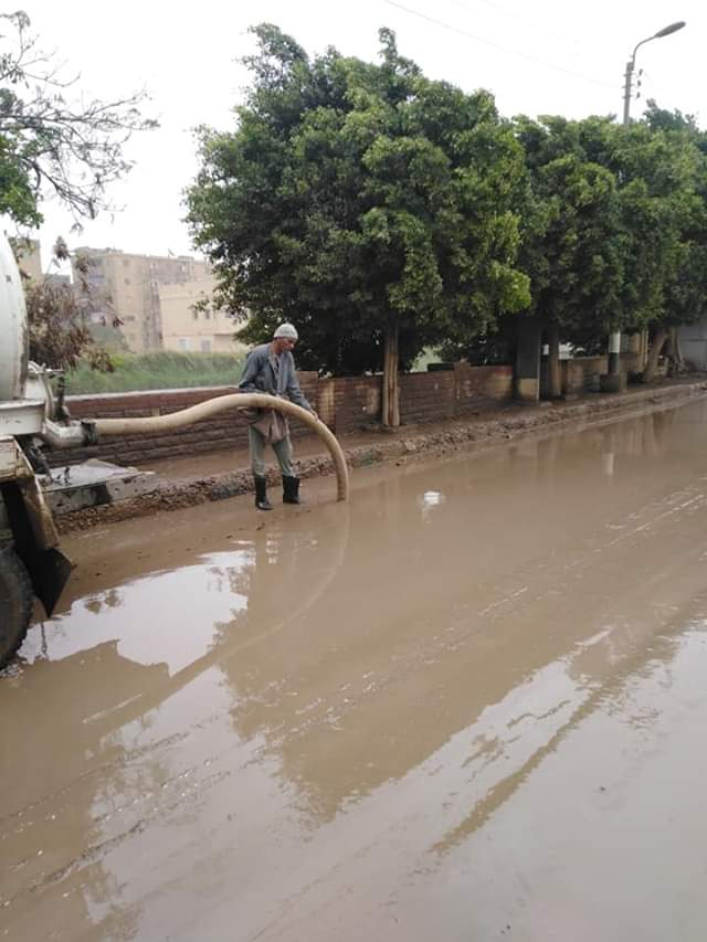 رفع مياه الأمطار من الطرق والشوارع بمدينة أبو قرقاص فى المنيا (4)