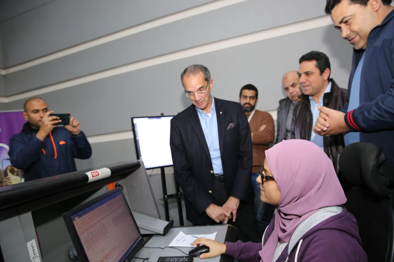 وزير الاتصالات يتفقد مركز تحكم المصرية للاتصالات بصحبة عادل حامد رئيس الشركة