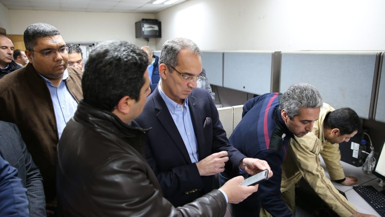 وزير الاتصالات خلال تواجده بمركز التحكم والمتابعة للشركة المصرية للاتصالات