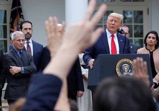 ترامب يستمع لاسئلة الصحفين