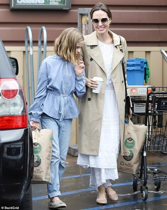 انجلينا جولى تقوم بالتسوق مع ابنتها