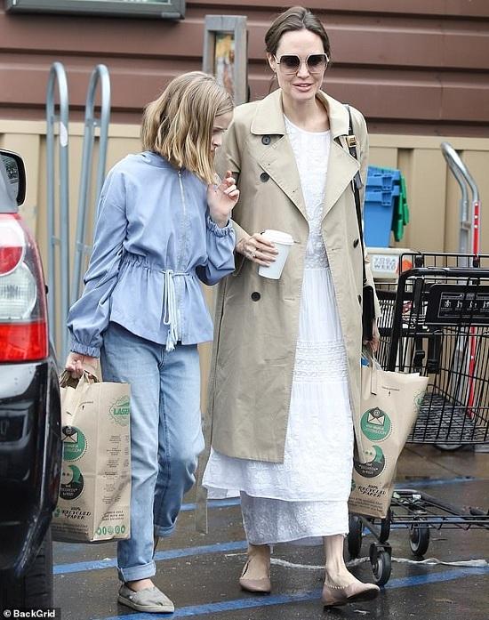 انجلينا ترتدى فستان أبيض أنيق أثناء التسوق - Copy