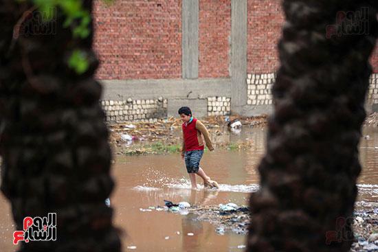طفل يعبر مياه الامطار (3)