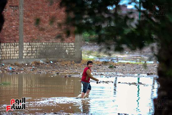 طفل يعبر مياه الامطار (2)
