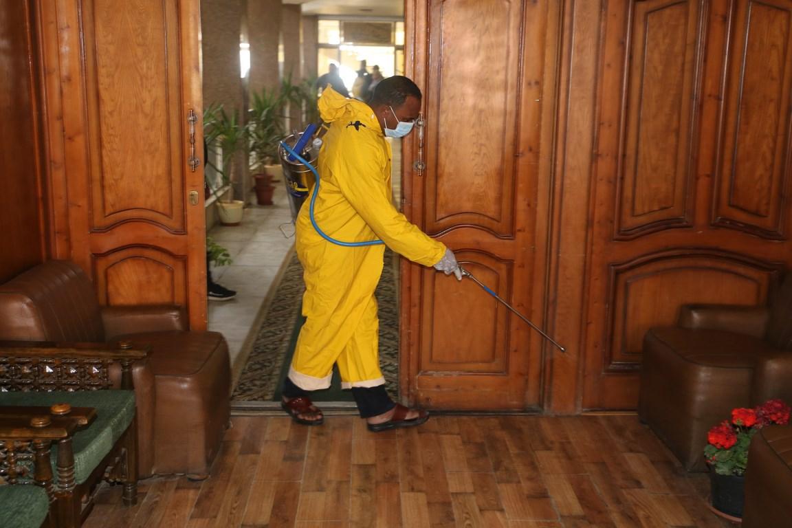 بدء حملة تطهير المنشآت الحكومية لمواجهة فيروس كورونا بالسويس (4)