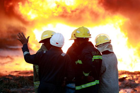 رجال الاطفاء يكافحون للسيطرة على الحريق