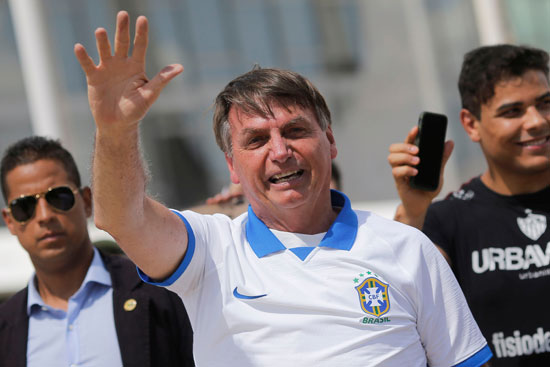 الرئيس البرازيلى يلوح لأنصاره