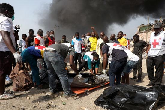 رجال الاسعاف تحمل جثامين الضحايا