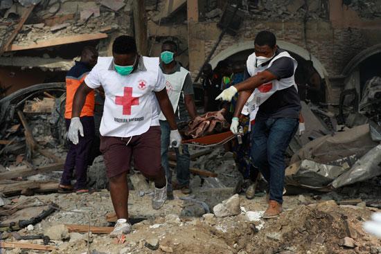 الاسعاف يحمل جثمان أحد الضحايا