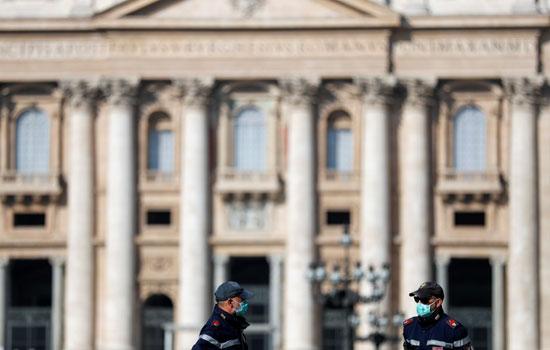 أقنعة-الوجه-تهيمن-على-المشهد-فى-الفاتيكان