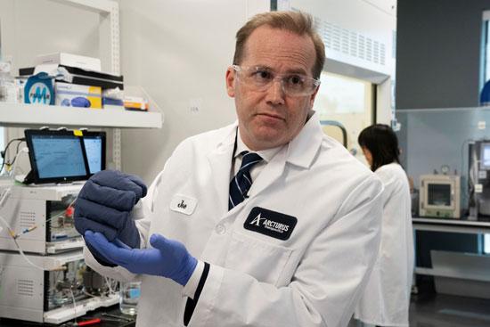 أحد العلماء الذين يشاركون فى التجارب