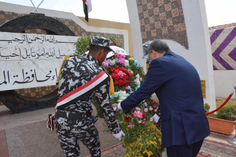 محافظ المنيا يضع إكليلا من الزهور على النصب التذكارى (3)