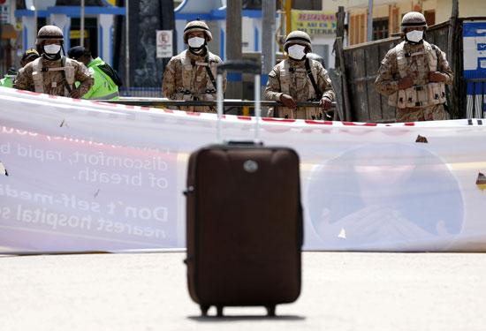 الجنود عند خط الحدود بين بيرو وبوليفيا