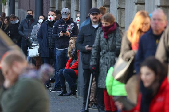 مواطنون-يصطفون-أمام-المحال-فى-برلين