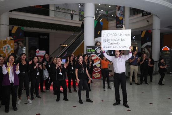 عدد من العمال يتظاهر فى تشيلى ضد كورونا