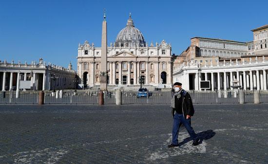 أحد-المارة-بساحة-القديس-بطرس-فى-الفاتيكان