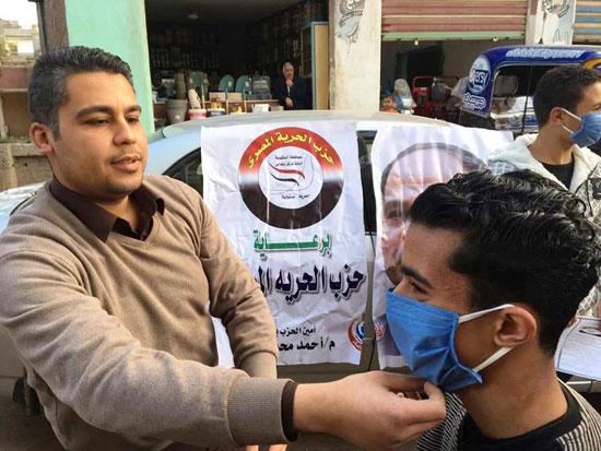 حزب-الحرية-يوزع-الكماكات-علي-المواطنين
