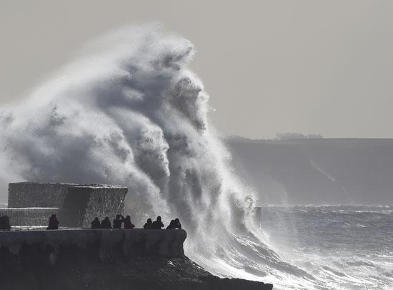 العاصفة خورخى تجتاح بريطانيا