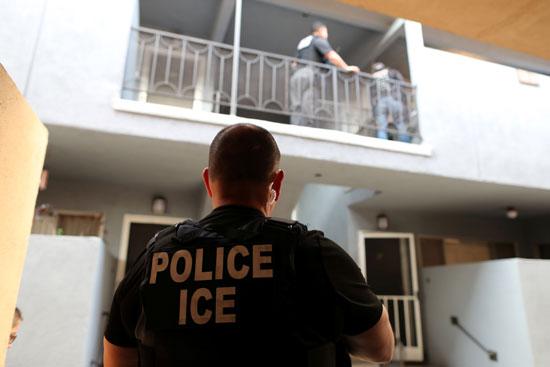 شرطة الهجرة تفحص أوراق المهاجرين