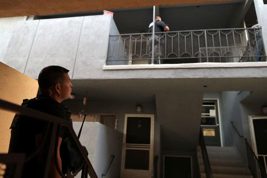 انتشار شرطة الهجرة الأمريكية بمحيط منزل