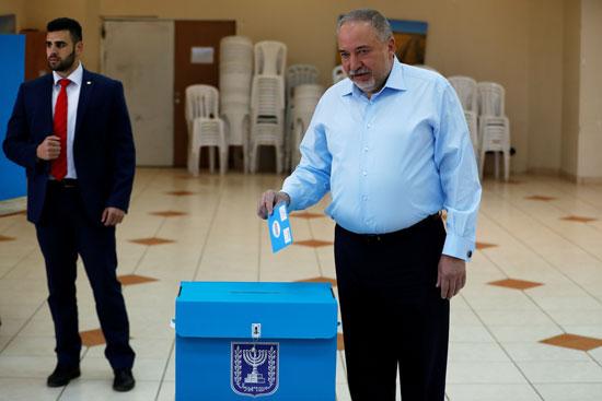 السياسى-الإسرائيلى-أفيجدور-ليبرمان-يضع-صوته-فى-صندوق-الاقتراع