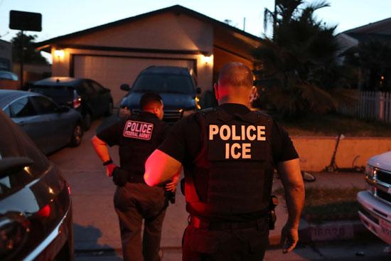 شرطة الهجرة تشن حملة مداهمات لاعتقال المهاجرين